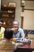 ビールを片手に笑顔の父親 22964002813| 写真素材・ストックフォト・画像・イラスト素材|アマナイメージズ