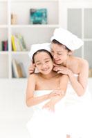 母親とボディクリームを塗る女の子