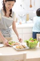 食卓の準備をする母親