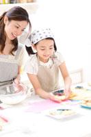 クッキー作りをする親子