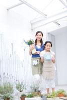花を持って立つ母親と女の子