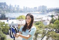 ヘルメットを持っている女性 22980000089| 写真素材・ストックフォト・画像・イラスト素材|アマナイメージズ