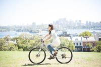 自転車に乗っている女性 22980000100| 写真素材・ストックフォト・画像・イラスト素材|アマナイメージズ