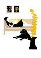 ソファで読書する女性と犬 22987000056| 写真素材・ストックフォト・画像・イラスト素材|アマナイメージズ