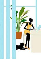 パソコンを見る女性とその傍らの犬 22987000065| 写真素材・ストックフォト・画像・イラスト素材|アマナイメージズ