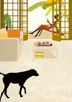 テラスにいる女性と室内の犬 22987000084| 写真素材・ストックフォト・画像・イラスト素材|アマナイメージズ