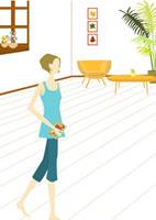 部屋を歩く女性