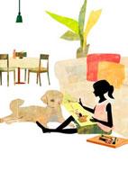 ソファに寄り掛かって本を読む女の子