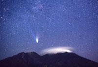 桜島とヘール・ボップ彗星 22995000159| 写真素材・ストックフォト・画像・イラスト素材|アマナイメージズ