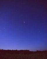 北天を通過するイリジウム衛星 22995000187| 写真素材・ストックフォト・画像・イラスト素材|アマナイメージズ