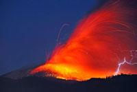 新燃岳の噴火と火山雷 22995000293| 写真素材・ストックフォト・画像・イラスト素材|アマナイメージズ