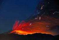 新燃岳の噴火と火山雷 22995000294| 写真素材・ストックフォト・画像・イラスト素材|アマナイメージズ