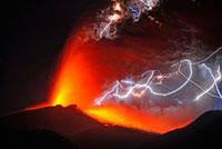 新燃岳の噴火と火山雷 22995000295| 写真素材・ストックフォト・画像・イラスト素材|アマナイメージズ