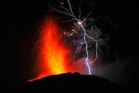 新燃岳の噴火と火山雷 22995000296| 写真素材・ストックフォト・画像・イラスト素材|アマナイメージズ