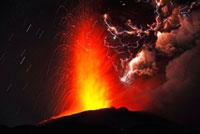 新燃岳の噴火と火山雷 22995000297| 写真素材・ストックフォト・画像・イラスト素材|アマナイメージズ