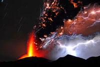 新燃岳の噴火と火山雷 22995000299| 写真素材・ストックフォト・画像・イラスト素材|アマナイメージズ