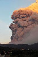 新燃岳の噴火 22995000300| 写真素材・ストックフォト・画像・イラスト素材|アマナイメージズ