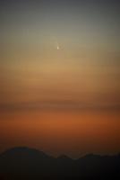 夕空のパンスターズ彗星 22995000347| 写真素材・ストックフォト・画像・イラスト素材|アマナイメージズ
