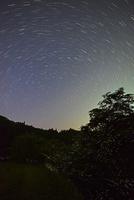 北天の日周運動とゲンジボタルの群れ 22995000474| 写真素材・ストックフォト・画像・イラスト素材|アマナイメージズ