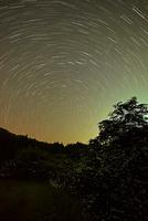 北天の日周運動とゲンジボタルの群れ 22995000475| 写真素材・ストックフォト・画像・イラスト素材|アマナイメージズ