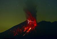 火山雷を伴う桜島昭和火口の噴火 22995000554  写真素材・ストックフォト・画像・イラスト素材 アマナイメージズ