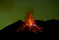 火山雷を伴う桜島昭和火口の噴火 22995000556| 写真素材・ストックフォト・画像・イラスト素材|アマナイメージズ