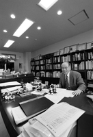 ノーベル化学賞学者 野依良治 大学の研究室にて