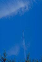 飛行機雲 23018002680| 写真素材・ストックフォト・画像・イラスト素材|アマナイメージズ