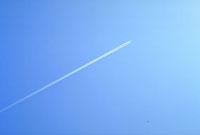 飛行機雲 23018002776| 写真素材・ストックフォト・画像・イラスト素材|アマナイメージズ