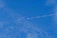 飛行機雲 23018002781| 写真素材・ストックフォト・画像・イラスト素材|アマナイメージズ