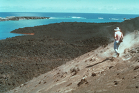 海底噴火 西之島新島全景 23018003056| 写真素材・ストックフォト・画像・イラスト素材|アマナイメージズ