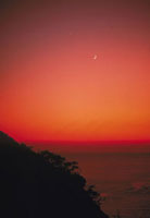 月(夕焼け) 23018003123| 写真素材・ストックフォト・画像・イラスト素材|アマナイメージズ