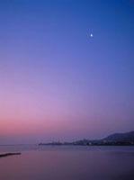 月(夜明け) 23018003124| 写真素材・ストックフォト・画像・イラスト素材|アマナイメージズ
