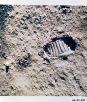 月面の宇宙飛行士の足跡
