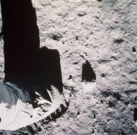 月面を歩く足