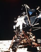 月着陸船から降りるオルドリン宇宙飛行士(アポロ11号)
