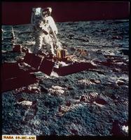 月地震計を据え付けるオルドリン宇宙飛行士(アポロ11号)
