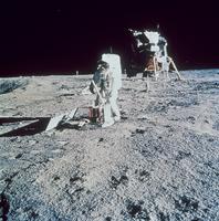 地震計を据え付けるオルドリン宇宙飛行士(アポロ11号)