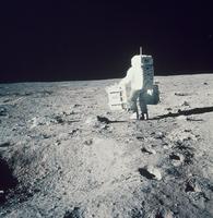 月地震計を運ぶオルドリン宇宙飛行士(アポロ11号)
