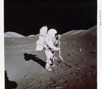 サンプルを採集しているシュミット宇宙飛行士
