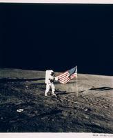 星条旗を立てる宇宙飛行士(アポロ11号)