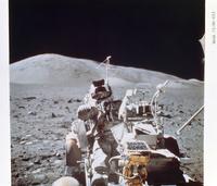 クレーターで探査中のシュミット宇宙飛行士