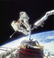 船外活動中の宇宙飛行士
