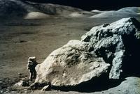 月の巨大岩石と宇宙飛行士
