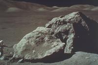 巨岩とシュミット宇宙飛行士