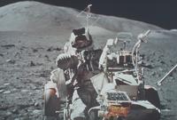 月面車とシュミット宇宙飛行士