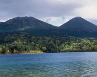 オンネトー湖 北海道 23018053614| 写真素材・ストックフォト・画像・イラスト素材|アマナイメージズ