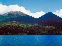 オンネトー湖 23018054195| 写真素材・ストックフォト・画像・イラスト素材|アマナイメージズ