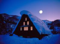 雪の合掌民家と月 23018054254| 写真素材・ストックフォト・画像・イラスト素材|アマナイメージズ