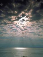 海と光芒 宇出津 23018055456| 写真素材・ストックフォト・画像・イラスト素材|アマナイメージズ